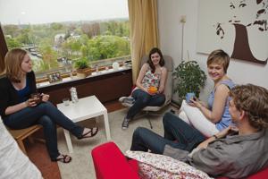 Studenten sitzen zusammen in einer Wohnung