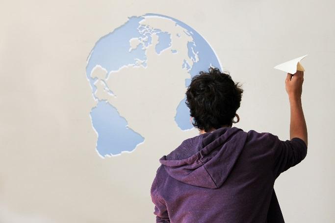 Deutsche Bildung Student mit Papierflieger